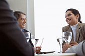 Business people having lunch together - Stock Image - CXWRJG
