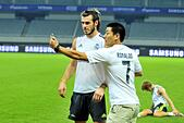 Shanghai, People's Republic of China. 29th July, 2015. Real Madrid midfield GARETH BALE with a fan during his training session at Shanghai Stadium in Shanghai, China. © ZUMA Press, Inc./Alamy Live News - Stock Image - EYGEJT