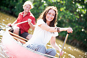 A couple paddles a canoe in Everglades National Park, Florida. - Stock Image - BFDD2B