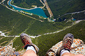 Hiker's feet at edge of cliff, Mount Rundle near Canmore, Alberta, Canada - Stock Image - BFE0G7