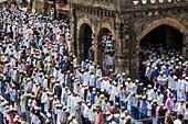 Mumbai, India. 17th July, 2015. Indian Muslims perform Eid Al-Fitr prayer (namaz) outside Bandra Railway Station, Mumbai, India. 17 July 2015 © Maciej Dakowicz/Alamy Live News - Stock Image - EXWRCH