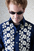 groovy guy in sunglasses and floral shirt - Stock Image - C5GY84