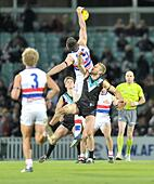 03.11.2012 London, England. Action during the Aussie Rules AFL European Challenge Cup game between Port Adelaide and Western Bulldogs from the Kia Oval. - Stock Image - CYFND7