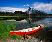 Red canoe, Mount Rundle and the Vermilion lakes, Banff National Park, Alberta, Canada. - Stock Image - ANFH8Y