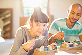 Couple eating sushi together - Stock Image - DAM13Y