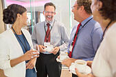 People in lobby of conference center during coffee break - Stock Image - ECX7N3