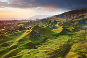 Sunrise over the sculptured landscape of Llangattock escarpment - Stock Image - BPYTWG