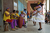 Cuban band Los 4 Vientos and dancers entertaining people in the street, Havana, Cuba. - Stock Image - A7DYXC