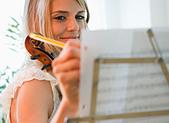USA, New Jersey, Jersey City, Woman composing music - Stock Image - C6E461
