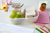 Close up of packed lunch at school - Stock Image - CR1MYR