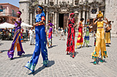 Street Entertainers, Plaza de la Catedral, Old Havana, Cuba - Stock Image - CTX8H5