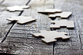 Puzzle on wooden boards team business abstract concept - Stock Image - D2F33G