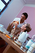 Couple eating lunch - Stock Image - B0WRY5