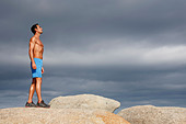 Man walking on boulder - Stock Image - D2ARPP