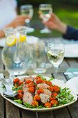 Outdoor eating - roast beef, roasted tomatoes and rocket - Stock Image - AF6H1N