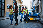 Young people dancing salsa on street, La Habana Vieja, Havana, Ciudad de La Habana, Cuba, West Indies - Stock Image - BH1GAY
