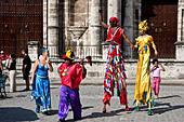Street Entertainers, Plaza de la Catedral, Old Havana, Cuba - Stock Image - CTX8E7
