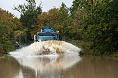 Essex, UK. 13th October, 2014.  Vehicles driving through flooded roads near Buttsbury in Essex after overnight torrential rain. © Gordon Scammell/Alamy Live News - Stock Image - E8PTY2