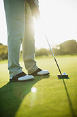 Man using putter to play golf - Stock Image - BCA16H