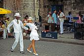 Tanzendes kubanisches Paar, Plaza de la Catedral Havana, Kuba, Karibi, Dancing cuban couple Habana Cuba - Stock Image - C4HGM7