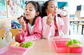 girls eating lunch at school - Stock Image - BD2CK4