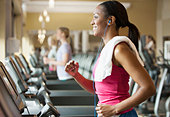 African American woman exercising on treadmill in gym - Stock Image - DTY6B6
