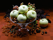 fruit bowl with apples and raspberries - Stock Image - AR658G