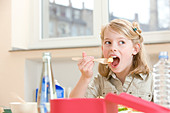 Girl having lunch - Stock Image - B2WA59