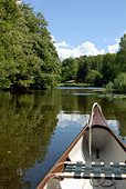 A quiet ride with the canoe in a stream in Sweden - Stock Image - AENXTP