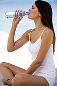 A woman drinking a bottle of water - Stock Image - A7GA5R