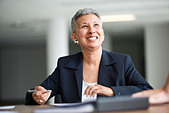 A business woman smiling. - Stock Image - APEF5M