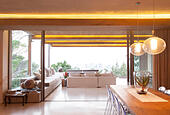 Sliding glass doors between open modern living and dining rooms - Stock Image - E8WPE9