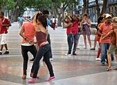 Cubans dancing salsa in the streets of Havana - Stock Image - EM57M8