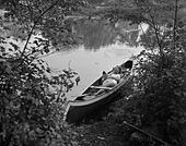 Woman relaxing in canoe - Stock Image - C1WAWB
