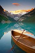 Canoe on Lake Louise at Sunrise, Lake Louise, Banff National Park, Alberta, Canada - Stock Image - D6PNCA