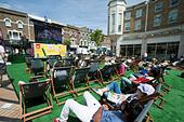 Wimbledon London,UK. 29th June 2015. Fans watch a live match  Between Novak Djokovic and Philip Kohlshreiber on a special big screen in Wimbledon town centre on a hot day © amer ghazzal/Alamy Live News - Stock Image - EWN4N1