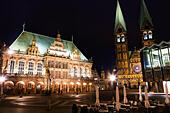 Night veiw of the Markt, Bremen showing the Rathaus and the Dom of St Petri. - Stock Image - E6RATC