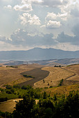 Tuscany Italy countryside and sky - Stock Image - B1WFRY