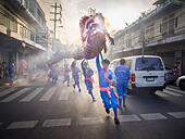 Bangkok, Thailand. 30th Oct, 2014. Chinese dragon dancers perform on Bamrung Muang Street during the parade marking the start of the annual temple fair at Wat Saket. Wat Saket is on a man-made hill in the historic section of Bangkok. The temple has golden spire that is 260 feet high which was the highest point in Bangkok for more than 100 years. The temple construction began in the 1800s in the reign of King Rama III and was completed in the reign of King Rama IV. © ZUMA Press, Inc./Alamy Live News - Stock Image - E9N1JN