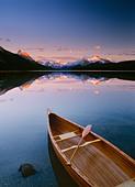 Canoe on Maligne Lake, Jasper National Park, Jasper Banff, Alberta, Canada Property Release - Stock Image - CFBYG7