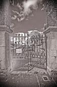 A graveyard entrance - Stock Image - BDNTBX