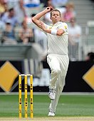 epa04001138 Australian paceman Peter Siddle bowls during the first session of Boxing Day test at the Melbourne Cricket Ground (MCG) in Melbourne, Victoria, 26 December 2013.  EPA/JULIAN SMITH EDITORIAL USE ONLY, IMAGES TO BE USED FOR NEWS REPORTING PURPOSES ONLY, NO COMMERCIAL USE, NO USE IN BOOKS WITHOUT PRIOR WRITTEN CONSENT FROM AAP - AUSTRALIA AND NEW ZEALAND OUT - Stock Image - DNGPDK