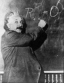 Professor Albert Einstein at the chalkboard - Stock Image - BEDWA2
