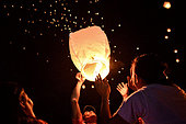 Tacloban, Philippines. 8th Nov, 2014. Residents release floating lanterns in the air during an event to commemorate the one year anniversary of Typhoon Haiyan in Tacloban, Leyte province, Philippines, November 8, 2014. November 8, 2014 marks one year since Typhoon Haiyan devastated central Philippines, killing nearly 8,000 people and leaving millions displaced in its wake.  Photo: Ezra Acayan/NurPhoto © NurPhoto.com/Alamy Live News - Stock Image - EA7MXN