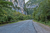 The road in the mountains of Abkhazia - Stock Image - E49B4G