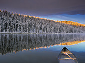 Canoe on Winchell Lake after first snowfall, Alberta, Canada. - Stock Image - CFACFG