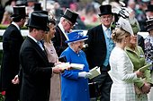 epa04804607 Britain's Queen Elizabeth II (centre) arrives on the second day of Royal Ascot near London, Britain, 17 June 2015. Royal Ascot runs through 20 June 2015.  EPA/WILL OLIVER - Stock Image - EW8TNT