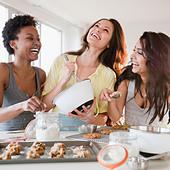 Friends making cookies together - Stock Image - BFK46J