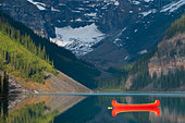 Red canoe in the lake, Lake Louise, Banff National Park, Alberta, Canada - Stock Image - C556PK