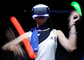 Chiba, Japan. 18th Sep, 2014. A model demonstrates the gear of Playstation 4 during the Tokyo Game Show 2014 in Makuhari of Chiba, Japan, Sept. 18, 2014. A total of 421 companies and organizations from 32 countries and regions participate in the show. © Stringer/Xinhua/Alamy Live News - Stock Image - E7H7D7